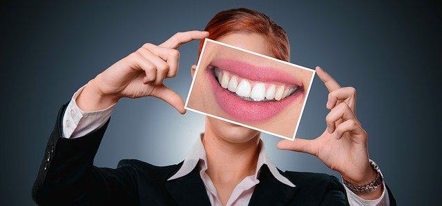 Zobni kamen povzroča nastanek parodontalne bolezni